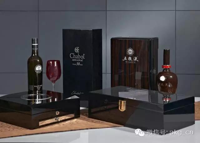 鸿达印刷集团:集团提供创新的包装前端设计、高效的工程技术支持、高质量的制造和灵活的物流,一站式印刷包装解决方案的全球服务。本届展会产品亮点是酒盒彩箱包装,全坑板一体成型,结构简洁,表面大面击凸陈现,良好的安全防护,去繁就简。同时,也将展示坑裱纸酒盒设计和异形酒盒设计。